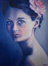 jeune femme brune sur fond bleu